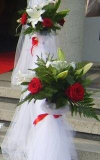 aranjamente flori naturale stalpisori porumbei albi nunta