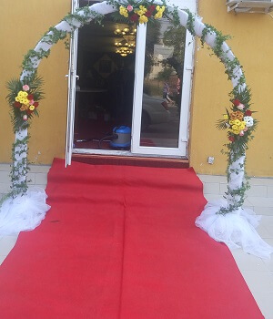 stalpisori decorati tulle flori nunta biserica