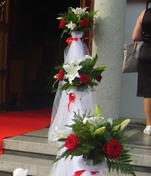 aranjament flori naturale stalpisori nunta biserica
